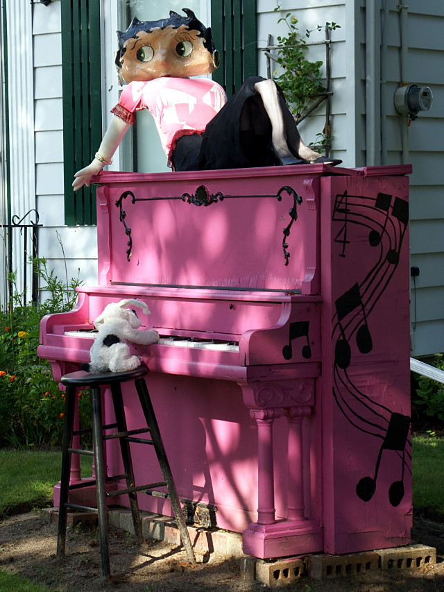 Betty Boop wears a piano while Pudgy plays