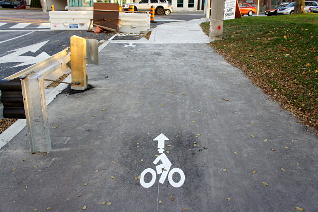 A mini arrow pointing the way for cyclists approaching Broadview