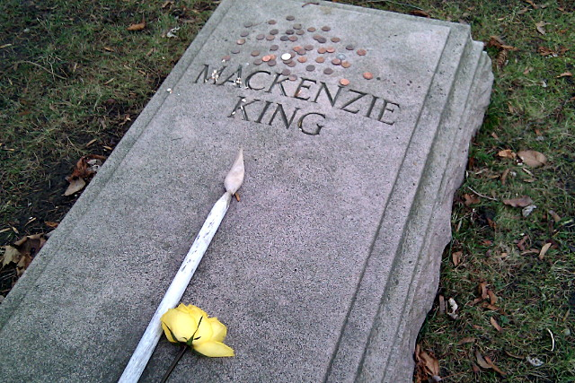 Mackenzie King's grave is gathering money again